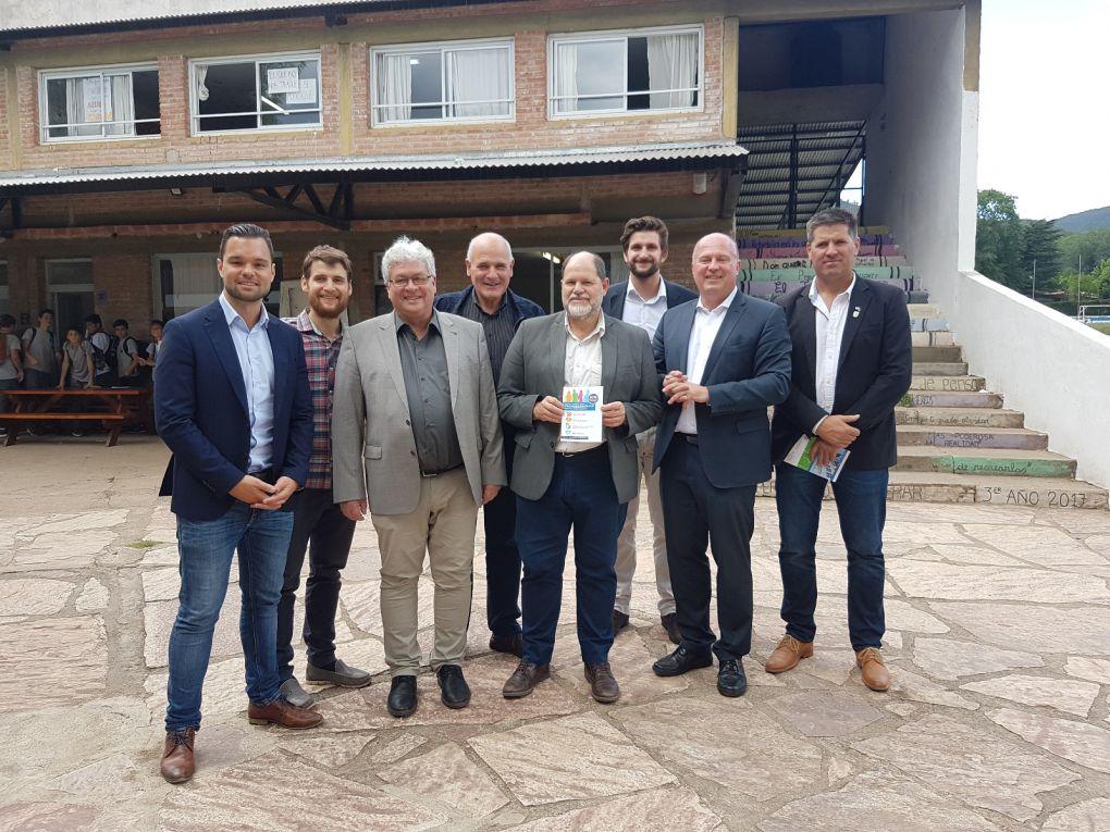 In der Deutschen Schule Villa General Belgrano mit Mitgliedern der Schulkommission und Bürgermeister Sergio Favot.