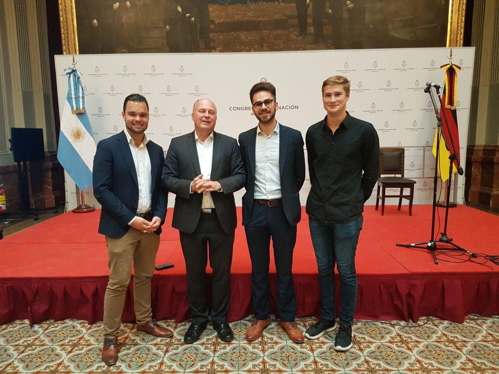 Mit den Mitgliedern der Jugendinitiative #JungesNetzwerk Tómas Villar und Jonas Uphoff im Argentinischen Kongress.