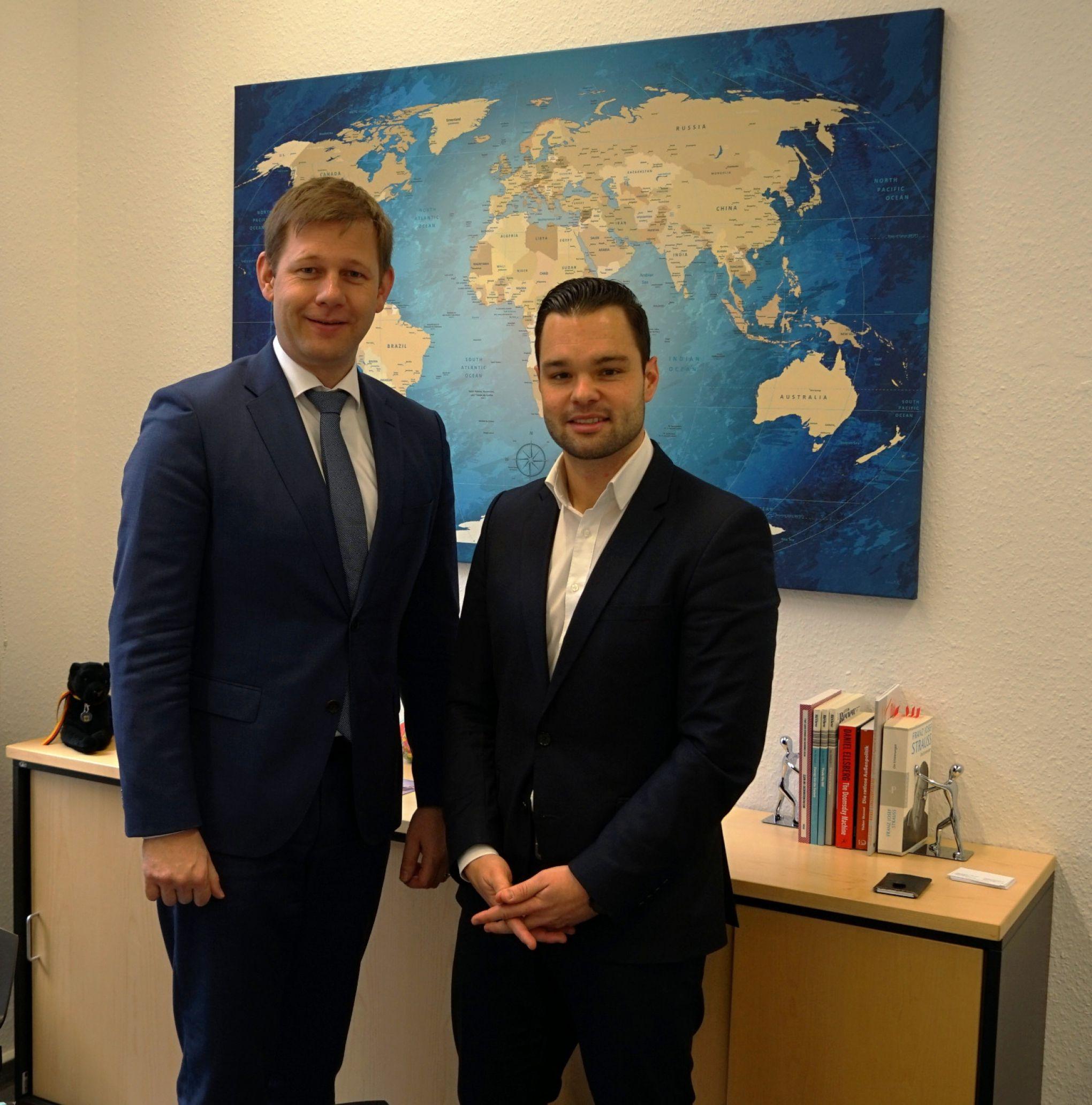 Der stellvertretende Vorsitzende des Unterausschusses Auswärtige Kultur- und Bildungspolitik des Deutschen Bundestages, Herrn Thomas Erndl MdB mit dem Projektleiter Dr. Marco Just Quiles.