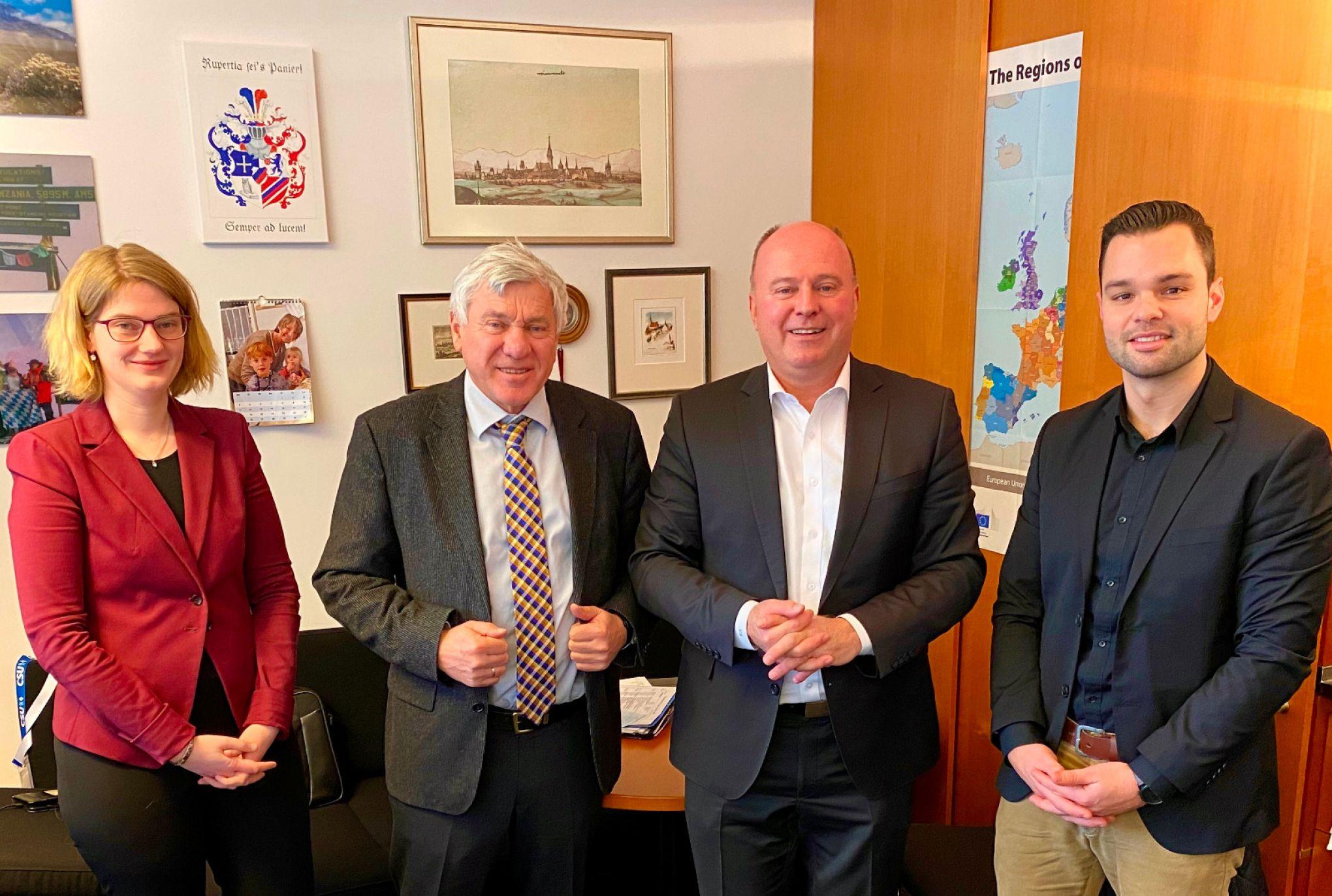 Im Gespräch mit dem Chefberichterstatter für den Haushalt des Auswärtigen Amtes, Herrn Alois Karl MdB und seiner Büroleiterin Patricia Bernreuther.